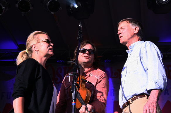 Mary Chapin Carpenter, Jeremy Garrett of The Infamous Stringdusters and Governor John Hickenlooper Harmonize at the Inaugural Viva Lyons event in 2014.